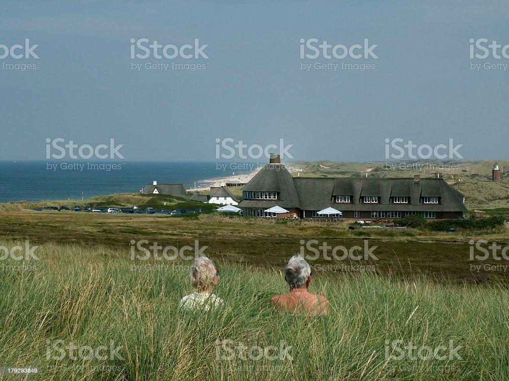 Sylt mit Nordsee, Sturmhaube und Rentner Ehepaar bei Kampen royalty-free stock photo