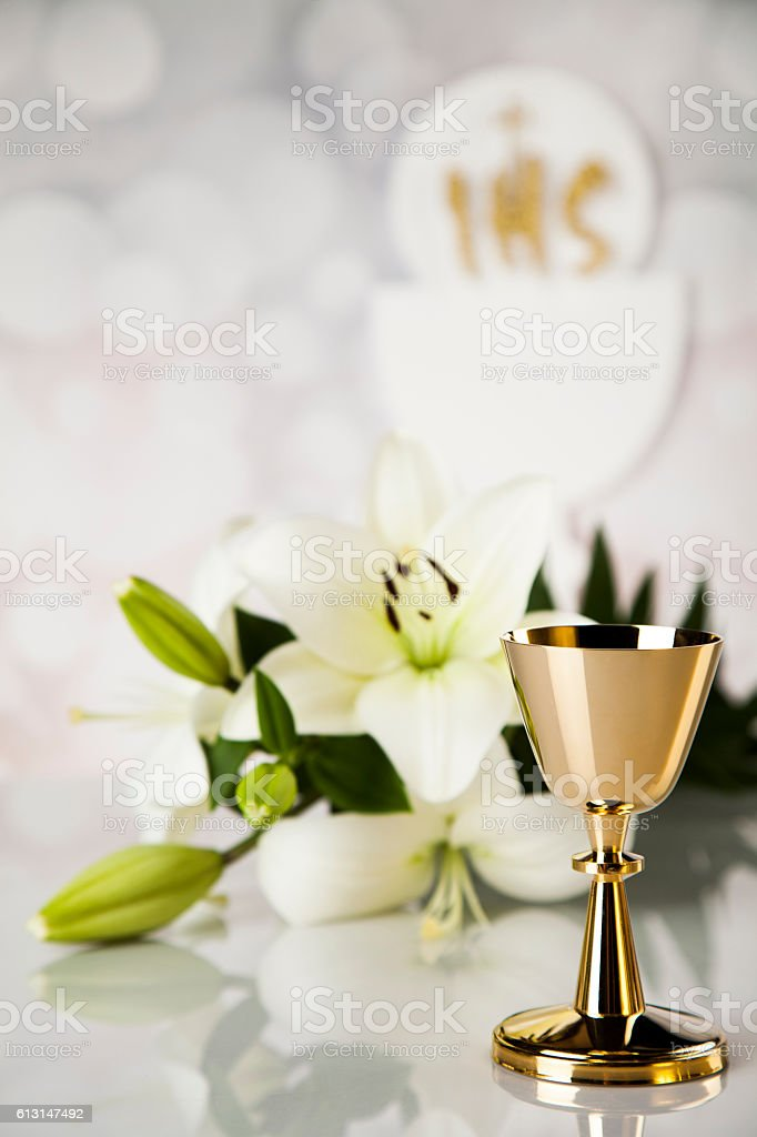 Symbol christianity religion a golden chalice with grapes and br – Foto