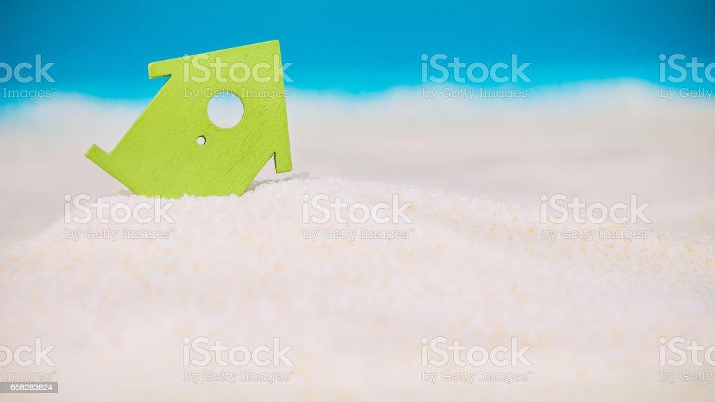 Symbol Haus Gebaut Auf Sand, Kleinen Grünen Symbol Eines Hauses Einsinken  In Den Sand