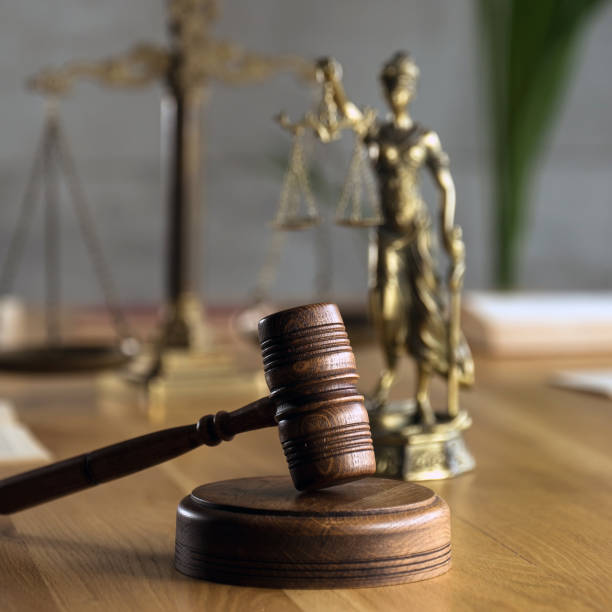Símbolo de la ley y la justicia sobre mesa de madera en la oficina de abogados - foto de stock