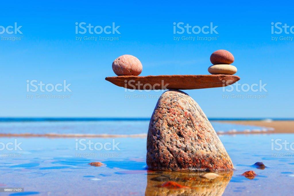 Symbolische Skalen aus Steinen auf dem Meer Hintergrund gemacht. Konzept der Harmonie und Ausgeglichenheit. – Foto