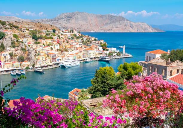 paysage urbain à la ville symi, îles du dodécanèse, grèce - grece photos et images de collection