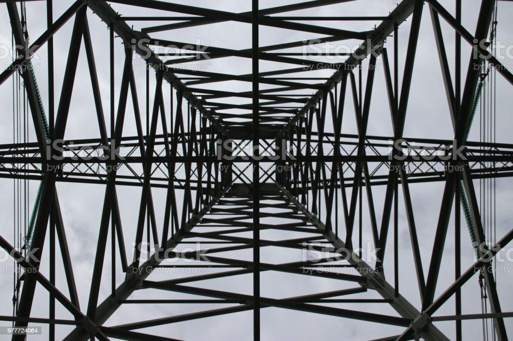symmetrische beeld in het midden in een toren voor elektrische leidingen in de Hennipgaarde in Zevenhuizen, Nederland foto