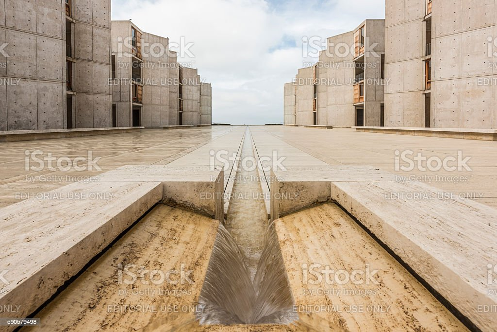 Symmetrical architecture of the Salk Institute fountain vanishing point royaltyfri bildbanksbilder