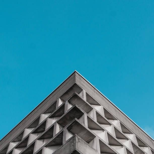 Symmetrisches Bild von Brutalist Gebäude – Foto