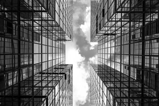 左右対称のミラー化された事務所ビル - 都市 モノクロ ストックフォトと画像