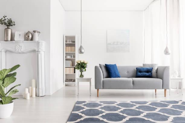 symmetrie im design des luxus new york stil wohnzimmer mit elegantem grau couch weiße möbel und gemusterten teppich, - teppich englisch stock-fotos und bilder