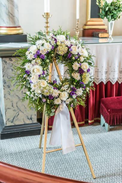 de kroon van de sympathie bij een begrafenis in een kerk. - funeral crying stockfoto's en -beelden
