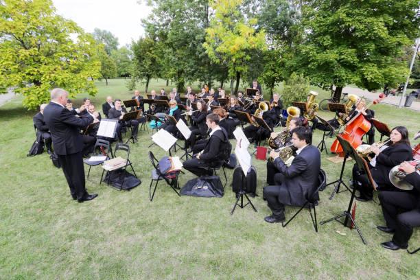symphony orchestra park - philharmonie stock-fotos und bilder