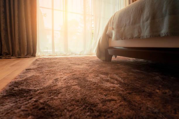 Synthetischer Teppich auf dem Laminat im Innenraum. Nahaufnahme – Foto
