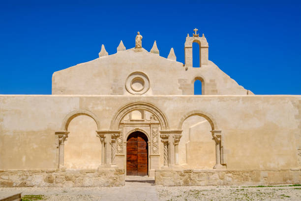 syrakus, kirche von san giovanni alle catacombe - sizilien, italien - syrakus stock-fotos und bilder