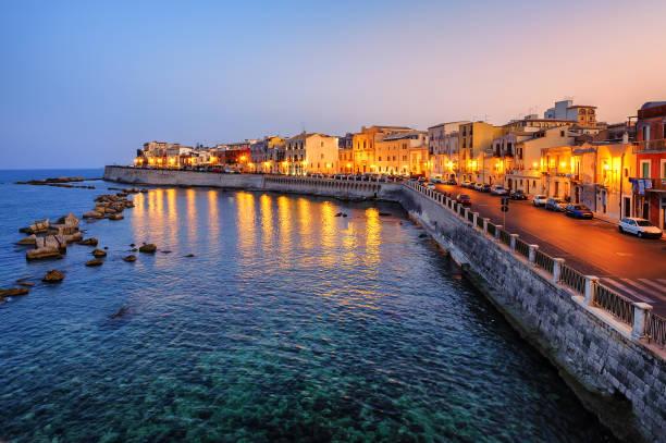 syrakus stadt am sonnenuntergang, sizilien, italien - ortygia stock-fotos und bilder