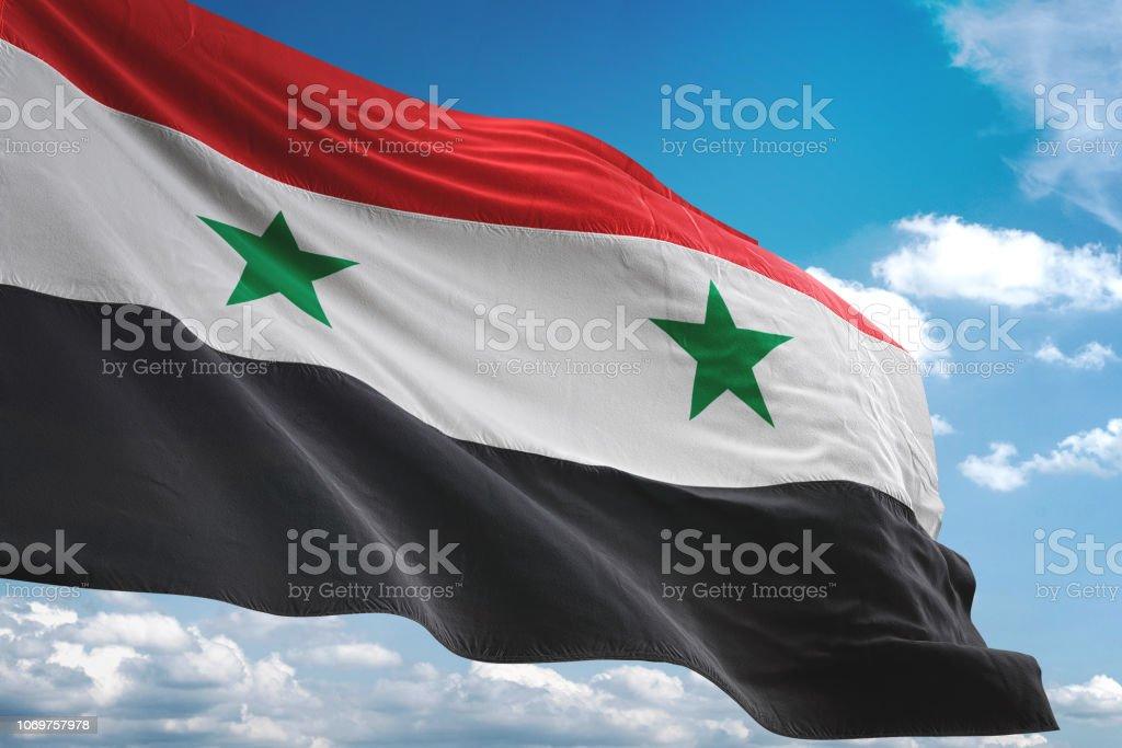 Bandera de Siria ondeando fondo cielo nublado - foto de stock