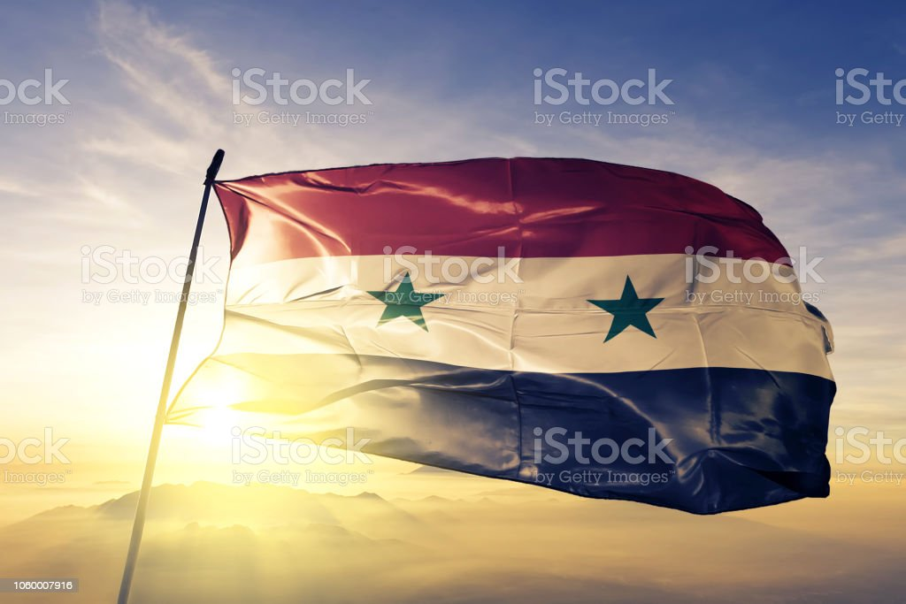 Siria Siria bandera tela tela ondeando en la niebla de la niebla de amanecer superior - foto de stock