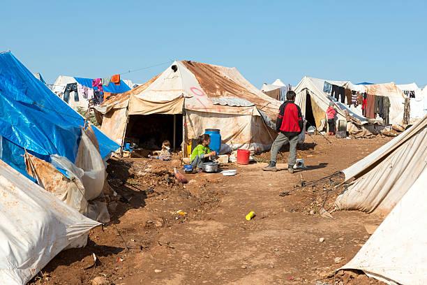 Syrische Kinder in überfüllten Flüchtlingslager – Foto