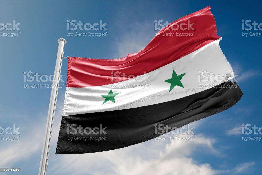 Bandera Siria está agitando contra el cielo azul - foto de stock