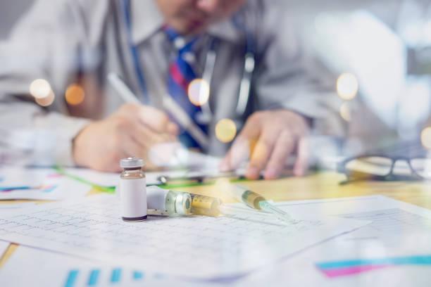 Syring Medikament auf Rezept, Arzt, ärztliche Untersuchung, Gesundheitswesen und medizinisch Konzept, Stethoskop mit Zwischenablage und Laptop, Hand Spezialist Pferch sprechen Patienten arbeitet – Foto