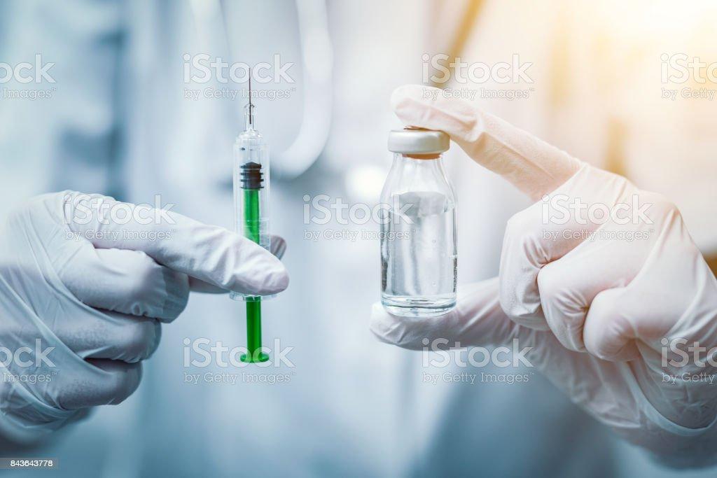 Spritze, medizinische Einspritzung in der Hand. Impfung-Ausrüstung. - Lizenzfrei Ansteckende Krankheit Stock-Foto