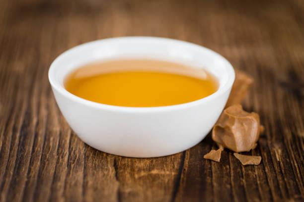 sirup (karamellgeschmack) (tiefenschärfe, close-up erschossen) - karamellsirup stock-fotos und bilder