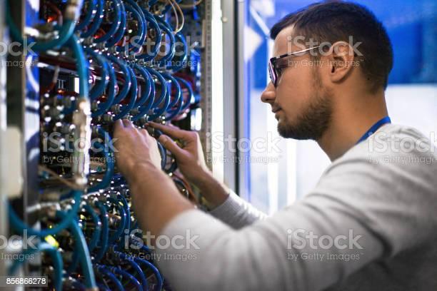 Systeembeheerder Controleren Van Servers Stockfoto en meer beelden van Administrateur