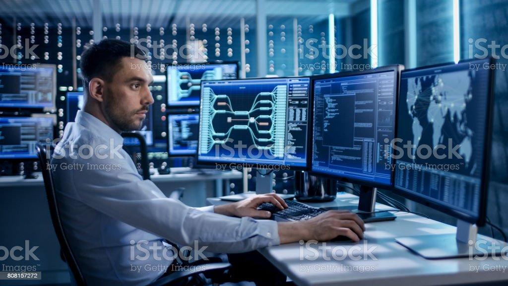 Especialista en seguridad el sistema de trabajo en el centro de Control de sistema. Habitación es de pantallas de visualización de varios información completa. - Foto de stock de Adulto libre de derechos