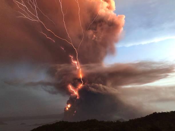 taal vulkaan - vulkaanlandschap stockfoto's en -beelden