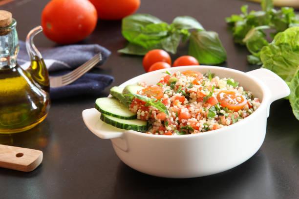 taboulé-salat-teller - couscous salat minze stock-fotos und bilder