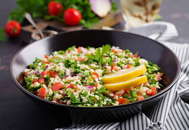 tabbouleh salat. traditionelles mittelöstliches oder arabisches gericht. levantine vegetarischen salat mit petersilie, minze, bulgur, tomate. - couscous salat minze stock-fotos und bilder