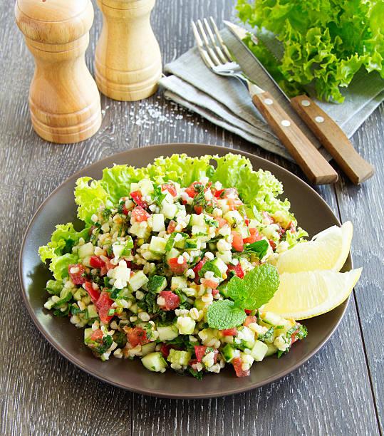 tabbouleh-salat mit bulgur und petersilie. - couscous salat minze stock-fotos und bilder