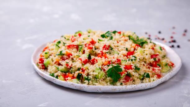 taboulé-salat mit couscous auf dem teller - couscous salat minze stock-fotos und bilder