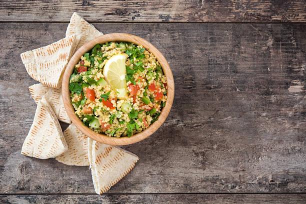 tabbouleh salad with couscous - couscous salat minze stock-fotos und bilder