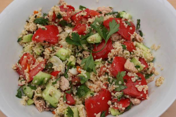 taboulé mit gemüsesalat - couscous salat minze stock-fotos und bilder