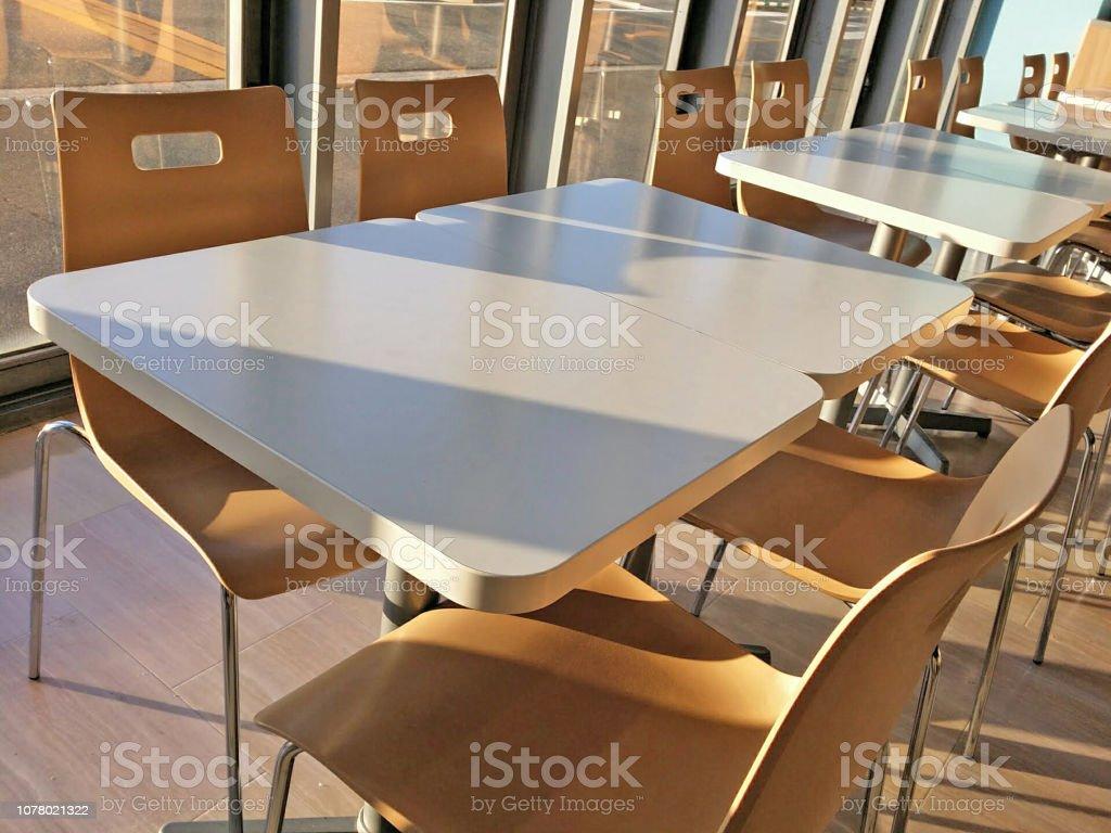 テーブルと休憩室の椅子。 ストックフォト