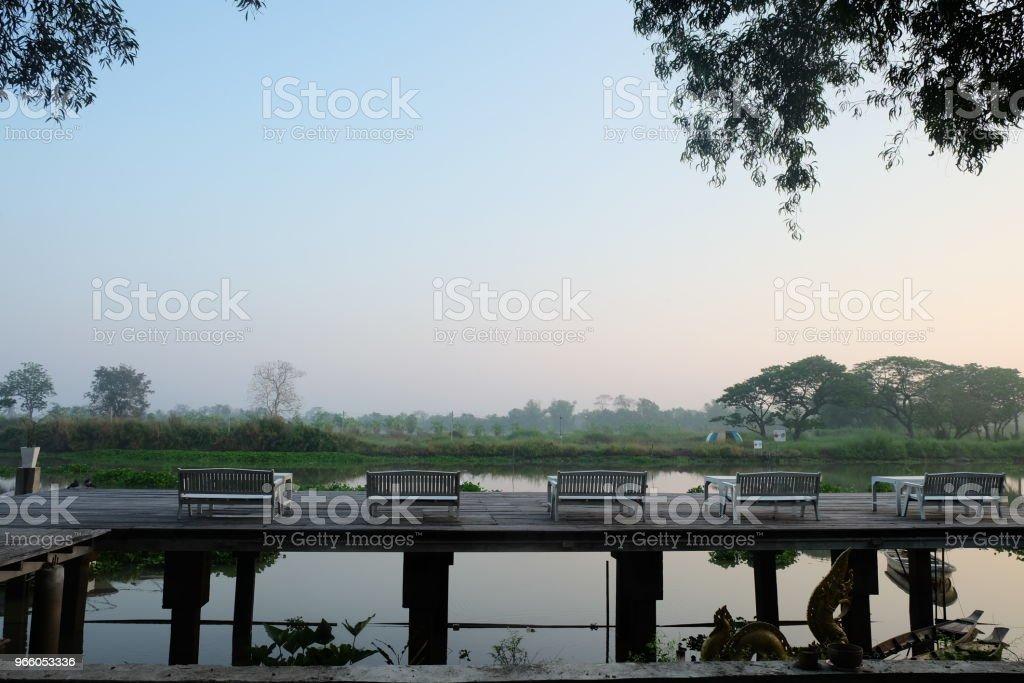 Bord och stolar på terrassen vid flodsida på morgonen, thailand - Royaltyfri Bord Bildbanksbilder