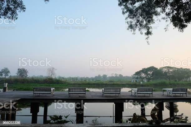Bord Och Stolar På Terrassen Vid Flodsida På Morgonen Thailand-foton och fler bilder på Bord