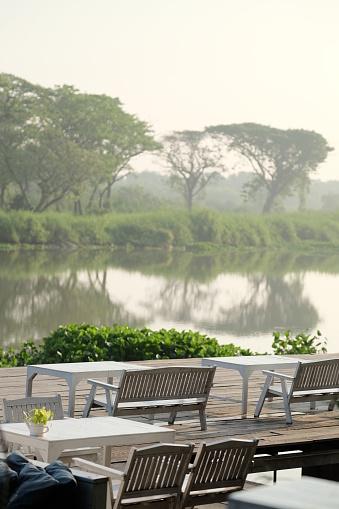 Tafel En Stoelen Op Terras Aan De Rivier De Kant In De Ochtend Thailand Stockfoto en meer beelden van Azië