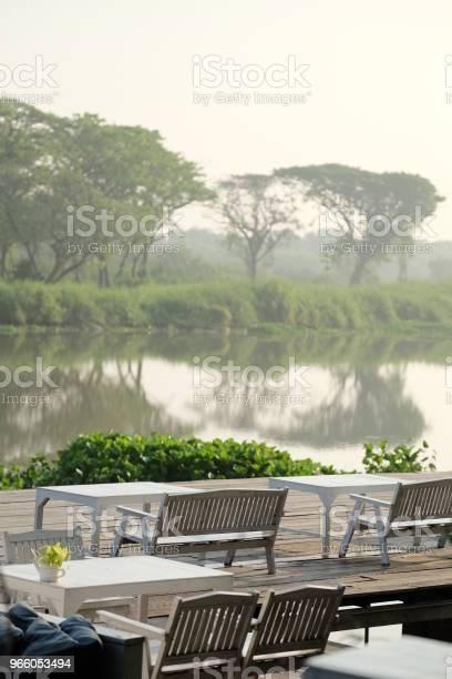 Bord Och Stolar På Terrassen Vid Flodsida På Morgonen Thailand-foton och fler bilder på Asien