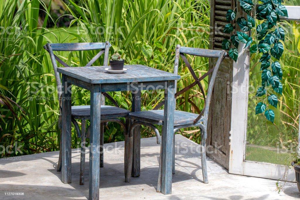 Mesa Y Sillas De Madera En Café Vacía Junto A La Terraza De