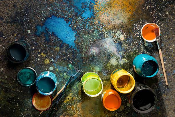 Table artiste graffitis colorés avec de la peinture, de peinture et de canettes à proximité - Photo