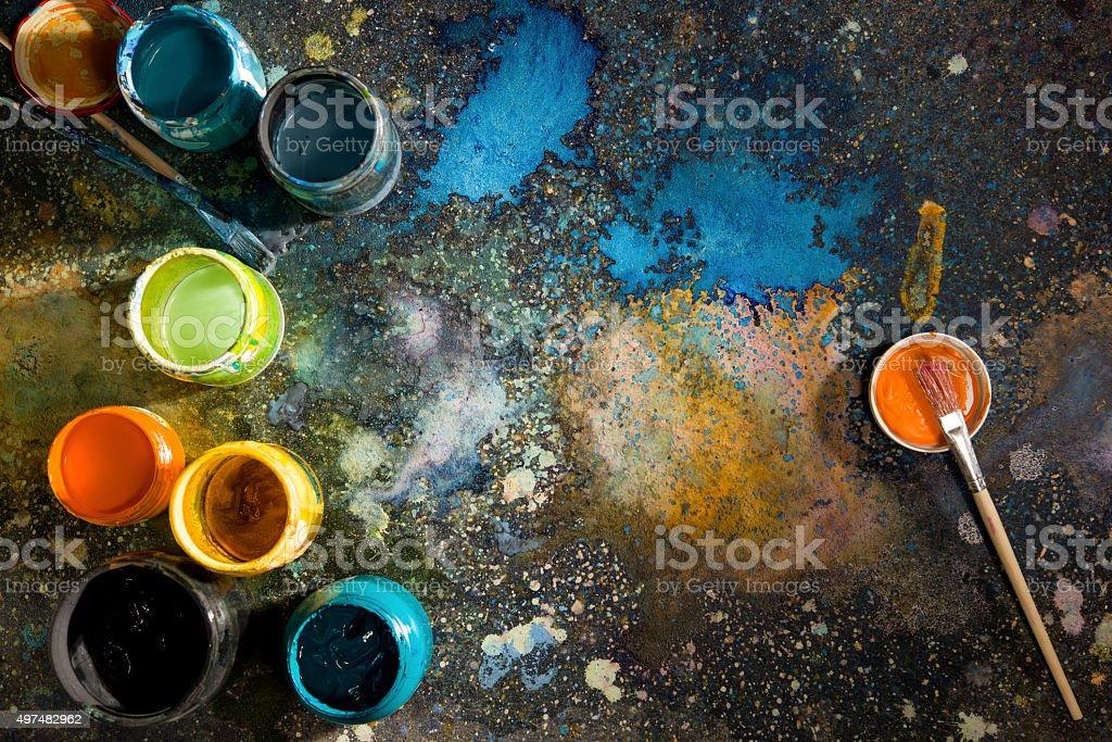 Tisch Künstler Hauswänden Dosen mit Farbe, Farbe in der Nähe – Foto