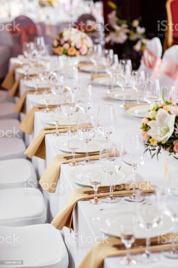 Tabelle auf einer Luxus-Hochzeit. Wunderschöne Blumen auf dem Tisch. Servierplatten, Glas Gläser arbeiten Kellner, – Foto