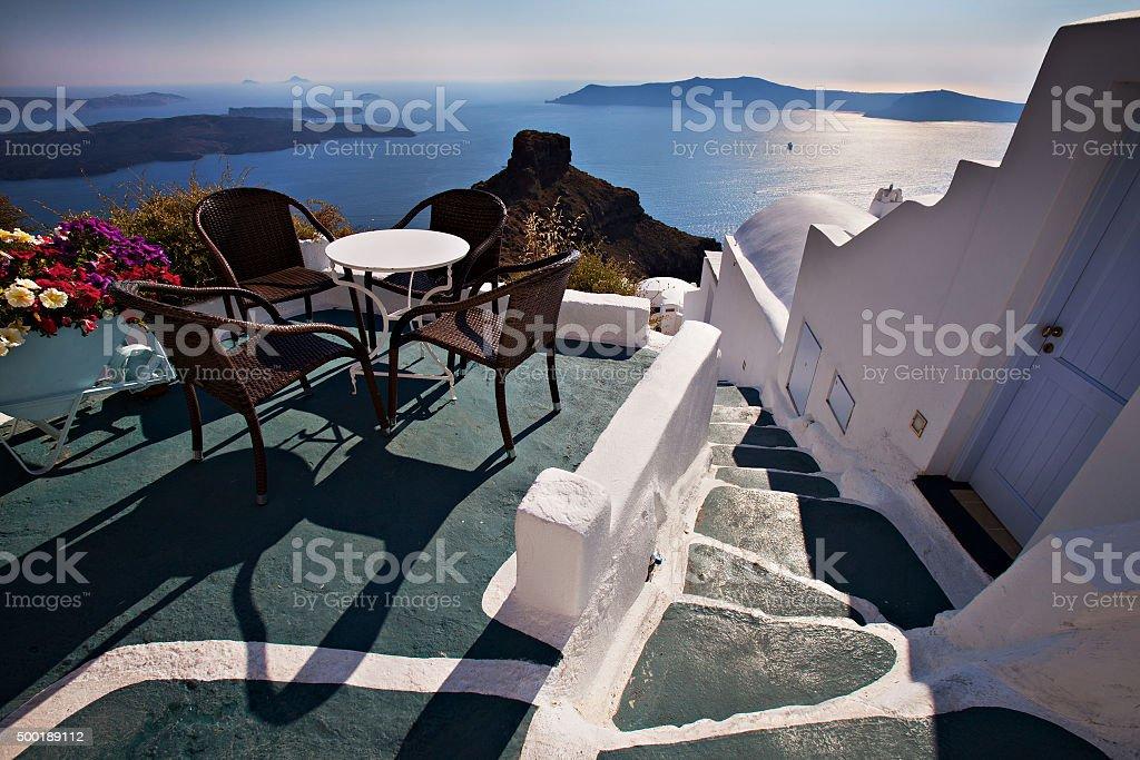 Mar Sedie E Tavoli.Tavoli Sedie E Fiori Su Santorini Terrazza Con Vista Sul Mar Egeo