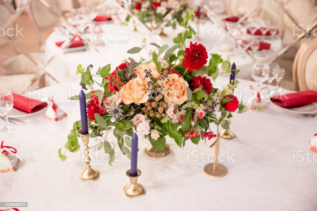 decoração de mesa para a cerimônia de casamento, configuração de mesa, flores, decoração vermelha e branca - Foto de stock de Ambiente - All Vocabulary royalty-free