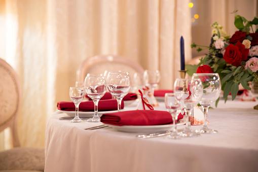 Foto de Decoração De Mesa Para A Cerimônia De Casamento Configuração De Mesa Flores Decoração Vermelha E Branca e mais fotos de stock de Ambiente - All Vocabulary