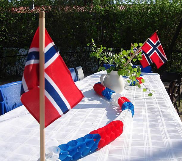 tisch eingerichtet für norwegische tag der verfassung - norwegen fahne stock-fotos und bilder