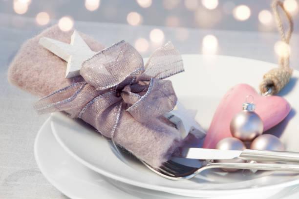 tischdekoration für ein weihnachtsessen - essensrezepte stock-fotos und bilder