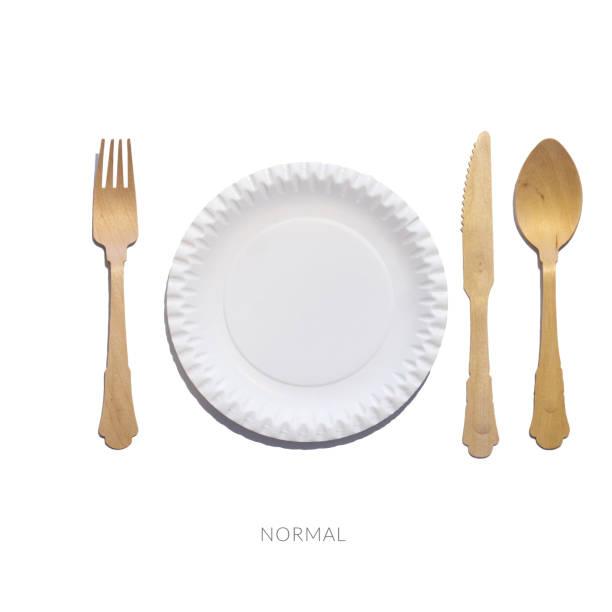 tabell etikett. normal. placering av gaffel och kniv på plattan. signal för servitör. uppföranderegler vid bordet. eco servis. - bordsskick bildbanksfoton och bilder