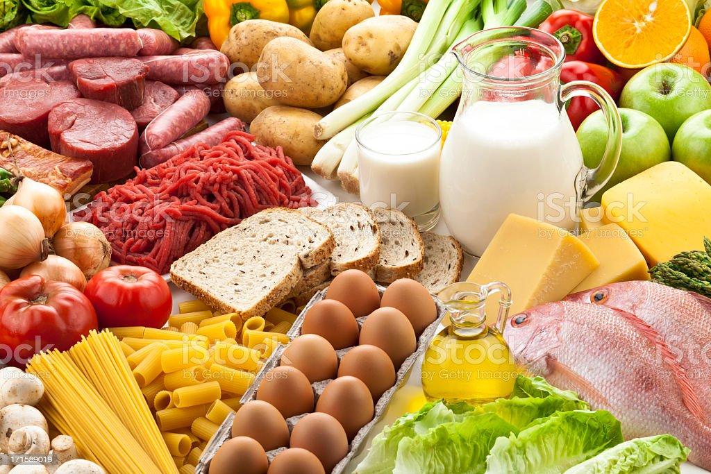 Tabla equipada con diferentes tipos de alimentos - foto de stock