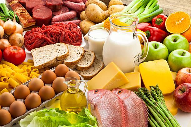 tabelle mit verschiedenen speisen - brot kohlenhydrate stock-fotos und bilder