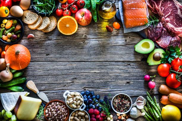 Tisch gefüllt mit einer großen Vielfalt an Lebensmitteln – Foto